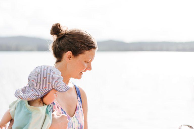 Mutter mit Kind auf dem Arm zum Beikoststart