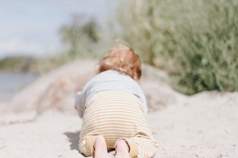 kind am strand im Beikostalter