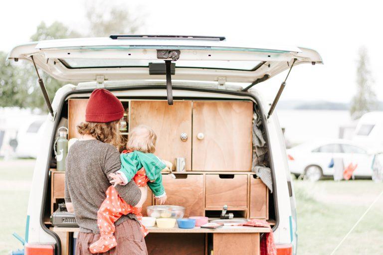vegane mutter mit Kind beim Camping