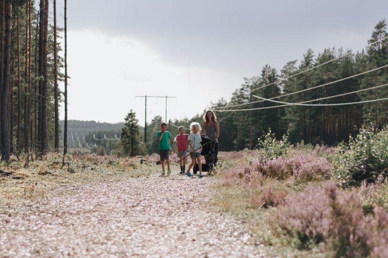 vegane Familie im Wald